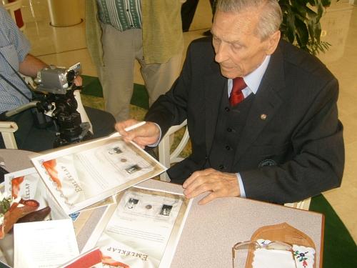 Az emléklap aláírása -  Buzánszky