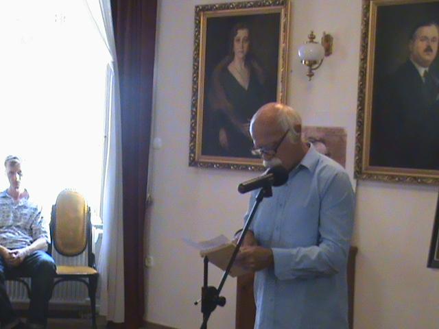 Bugya István író-költő előadás közben