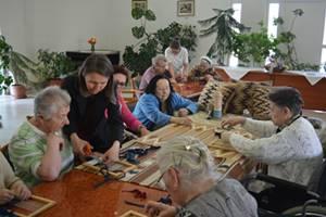 Kreatív foglalkozás a Sóstói Szivárvány Idősek otthonában