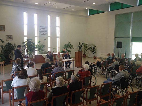 Hangulatos irodalmi délután Sóstón, a Szivárvány Idősek Otthonában