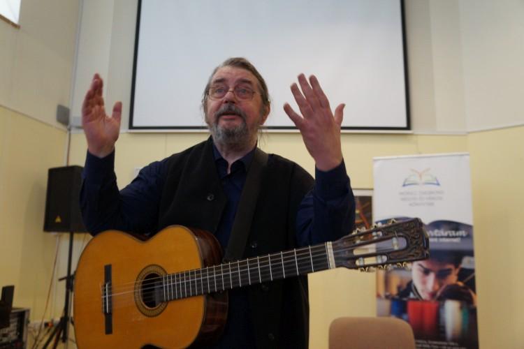 """""""Költők között zenész, zenészek között költő""""- vallja ezt magáról a Magyar Érdemrend lovagkeresztjével kitűntetett  gitáros-énekmondó művész, Dinnyés József. A nyíregyházi könyvtárban 10-én délelőtt sokan hallhatták az előadását."""